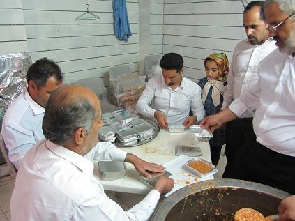 توزيع افطاري(رمضان98)